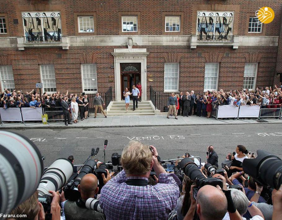 کاترین میدلتون و شاهزاده ویلیام در حال خارج شدن از بیمارستان  در حالی که پسرشان جرج در آغوش کاترین است