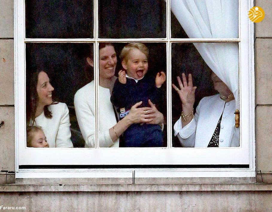 شاهزاده جرج در حال تماشای رژه زادروز ملکه