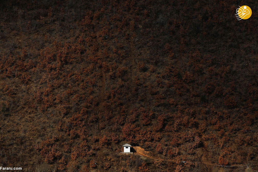 برج دیدهبانی کره شمالی از پشت دوربین عکاسی در مرز کره شمالی و چین