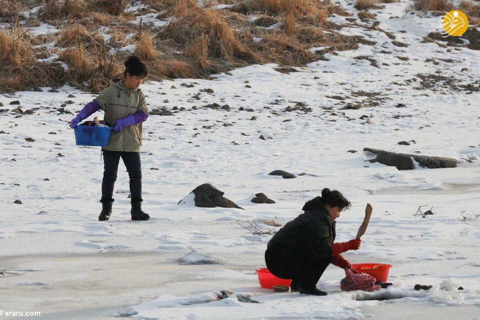 ساکنان کره شمالی در رودخانه یخ بسته یالو