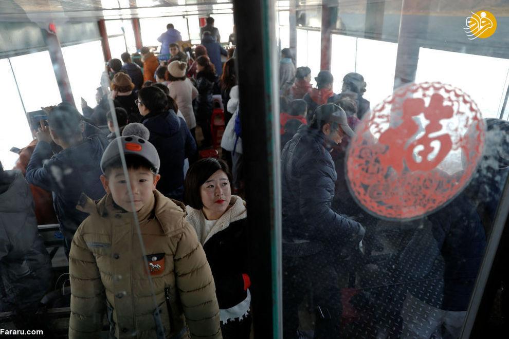 گردشگران در کشتی تفریحی در مرز چین و کره شمالی