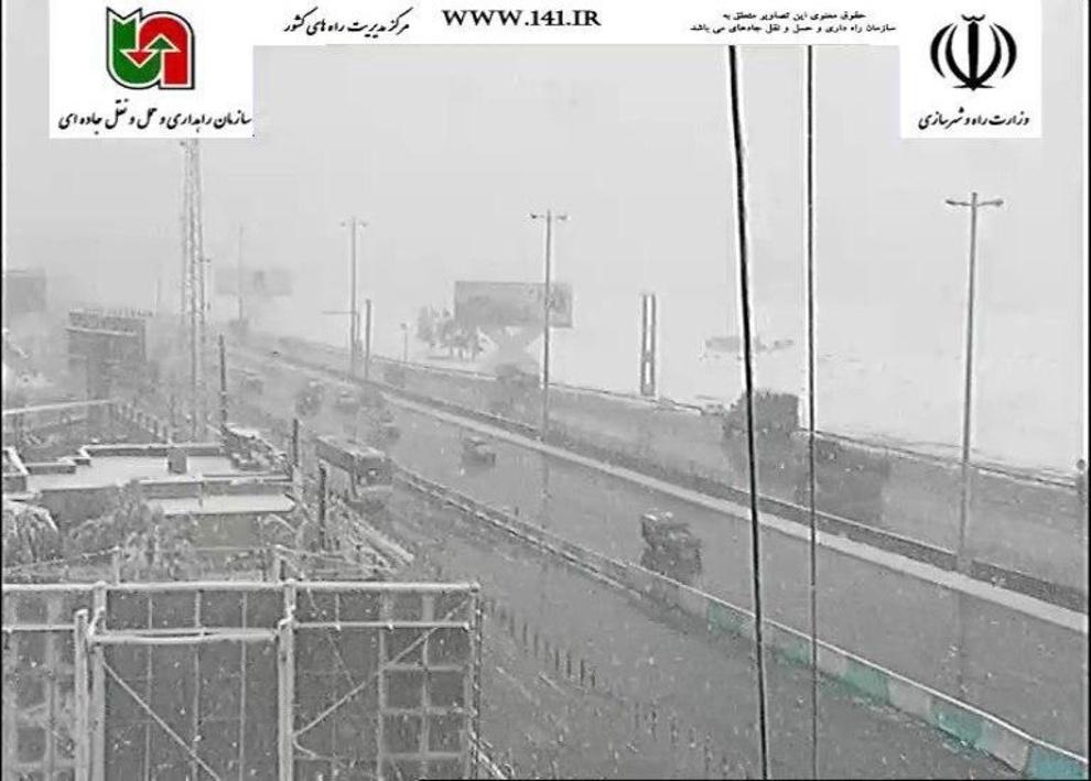 بارش برف در آزادراه کرج-قزوین، 27 فروردین ساعت:09:30