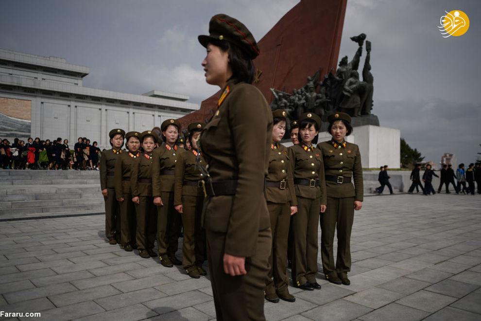 نظامیان کره شمالی در مقابل مجسمه کیم ایل سونگ و کیم جونگ اون در پیونگ یانگ