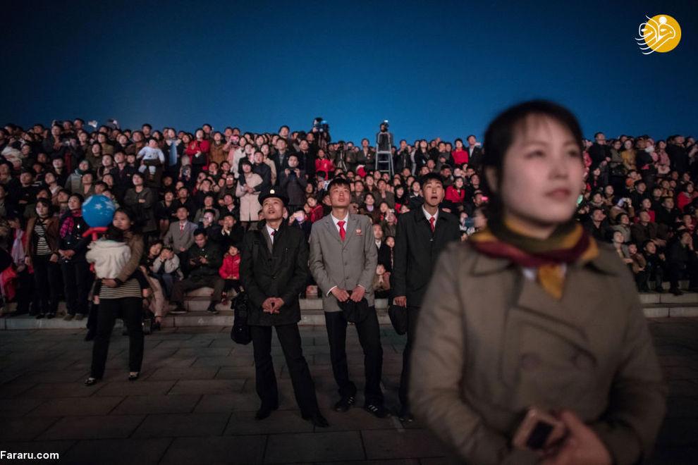 ساکنان کره شمالی در زمان جشن خورشید در پیونگ یانگ کره شمالی