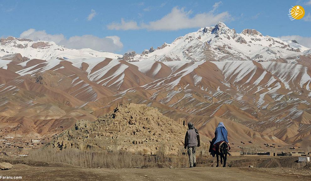 مرد افغان در ولایت بامیان کنار همسرش در نزدیکی یک دره سرسبز در مسیر قدیم جاده ابریشم که زمانی چین را با آسیای مرکزی و فراتر از آن مرتبط کرد.در این شهر پیش از این که توسط طالبان تخریب شود مجسمه ای از بودا به قدمت 2000 سال وجود داشت