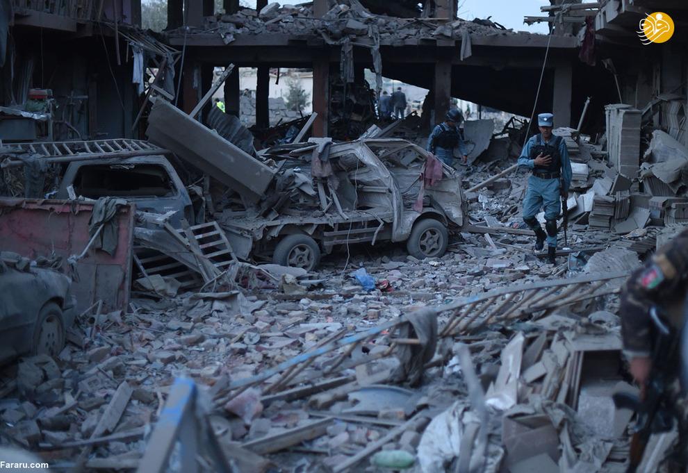 پلیس افغان در بازار تخریب شده بر اثر انفجار بمب