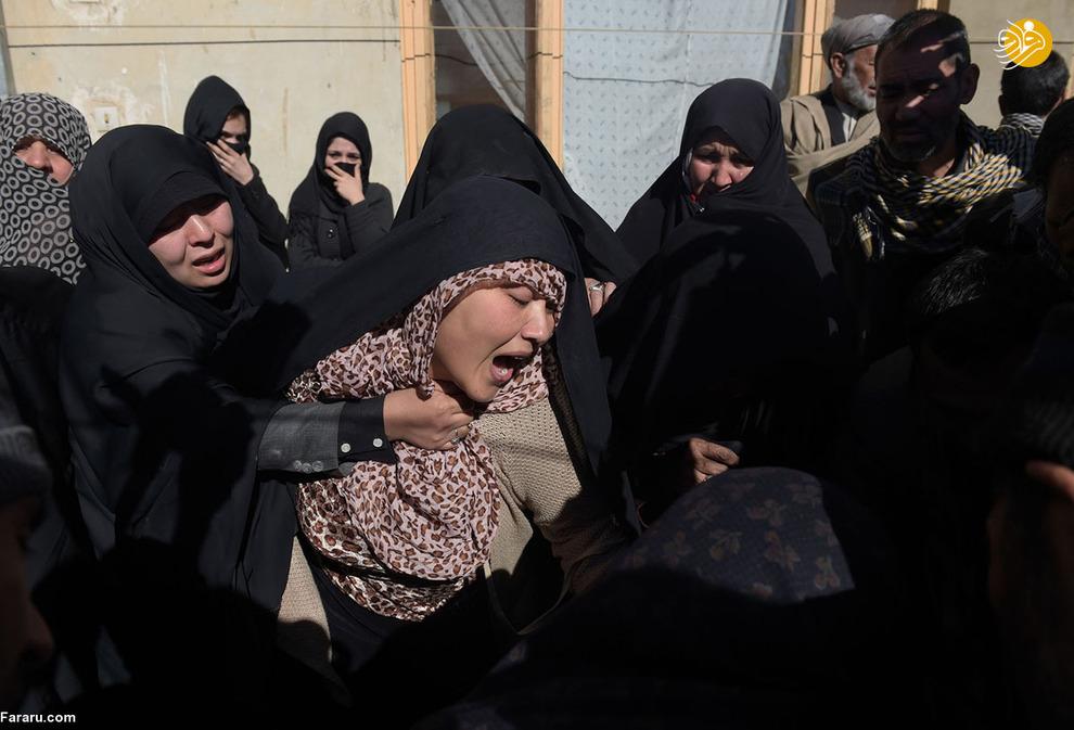 مراسم خاکسپاری سید جواد حسنی، جوان 29 سالهای که در حمله انتحاری طالبان  به مینیبوسی که در آن قرار داشت کشته شد. در این حمله انتحاری که در روز بیست و یک ژانویه دو هزار و شانزده رخ داد هفت نفر از کارکنان کانال تلویزیونی افغانستان کشته شدند.