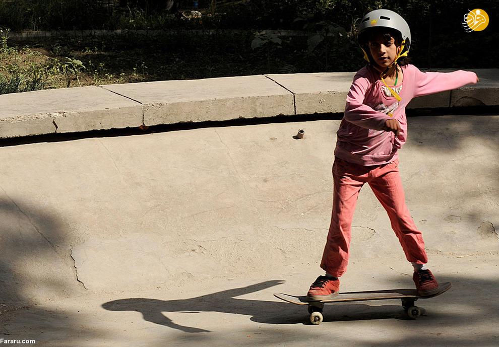دختر افغان در حال اسکیت بازی در کابل<br />