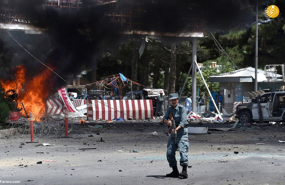 پلیس افغان در محل انفجار بزرگ ورودی فرودگاه بین المللی کابل در تاریخ ده اوت دو هزار و پانزده<br />