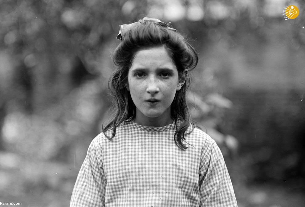 دختر ده ساله فرانسوی در حیاط خانهاش. پدر این دختر یک سال در زندان نازیها بوده است