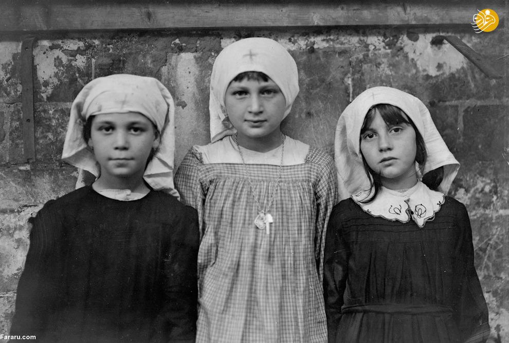 سه دختر پناهنده که لباس پرستارهای صلیب سرخ را پوشیدهاند