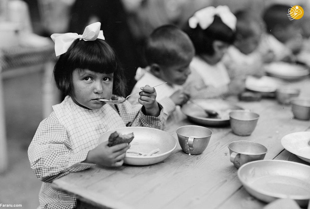 کودکی در حال غذا خوردن در پناهگاه صلیب سرخ. در این پناهگاه 1500 کودک زندگی میکنند
