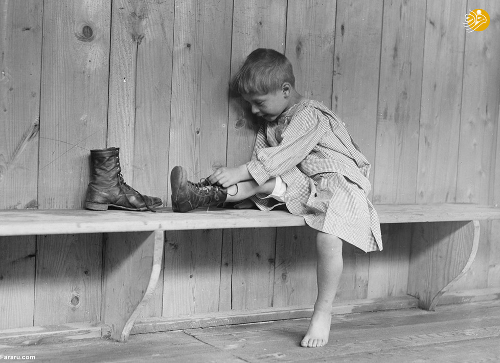 پسر آواره در حال پوشیدن کفشهایش در نزدیکی پاریس