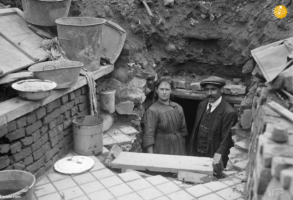 زن و مرد فرانسوی در انبار خانه ویران شدهشان