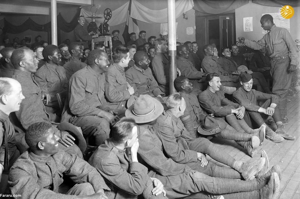 گروهی از سربازان در بخش تفریحی ساختمان صلیب سرخ آمریکایی