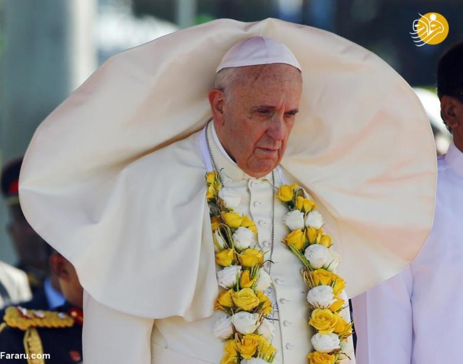 پاپ در ژانویه ۲۰۱۵ در فرودگاه کلمبو