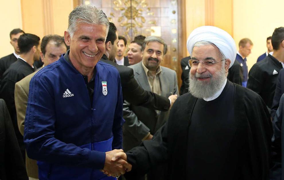 اهدای پیراهن شماره 12 تیم ملی به روحانی
