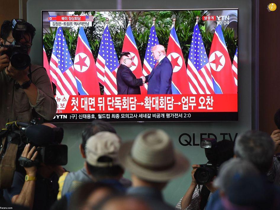 مردم کره جنوبی در ایستگاه راه آهن سئول در حال تماشای لحظه تارخی دست دادن ترامپ و اون
