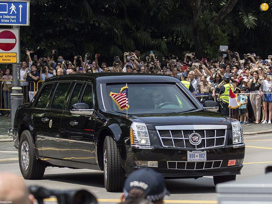 مردم در حال عکاسی از لحظه ورود دونالد ترامپ به محل اقامتش در سنگاپور یک روز پیش از مذاکره با رهبر کره شمالی