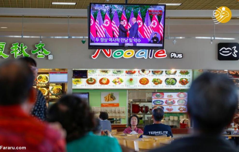 مردم در رستورانی در لس آنجلس در حال تماشای مذاکره ترامپ و اون