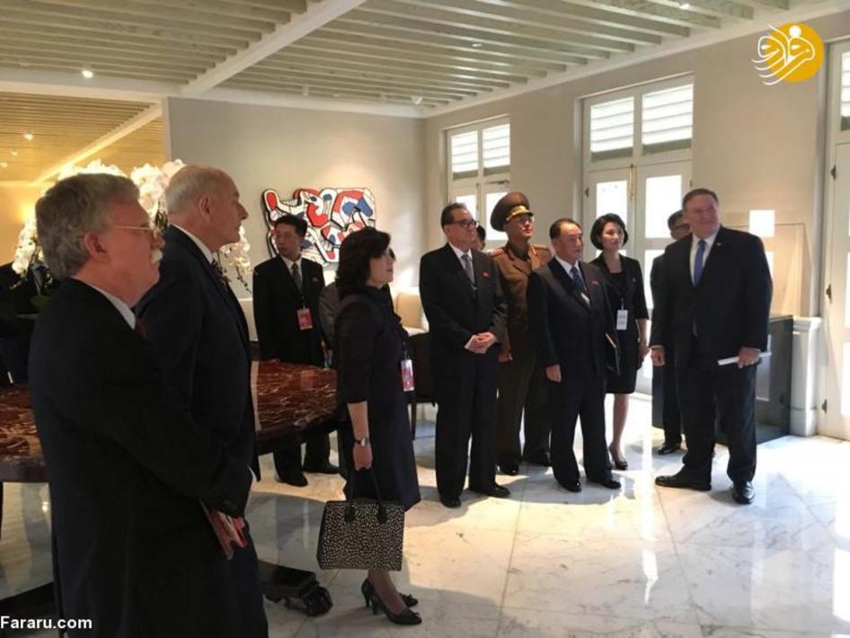 همراهان ترامپ و کیم جونگ اون در حال تماشای اخبار دیدار تاریخی از یک منیتور در سنگاپور
