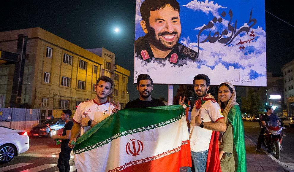 تماشای تیم های فوتبال ایران و پرتغال در چارسو. (امین جلالی/ایرنا، فارس)