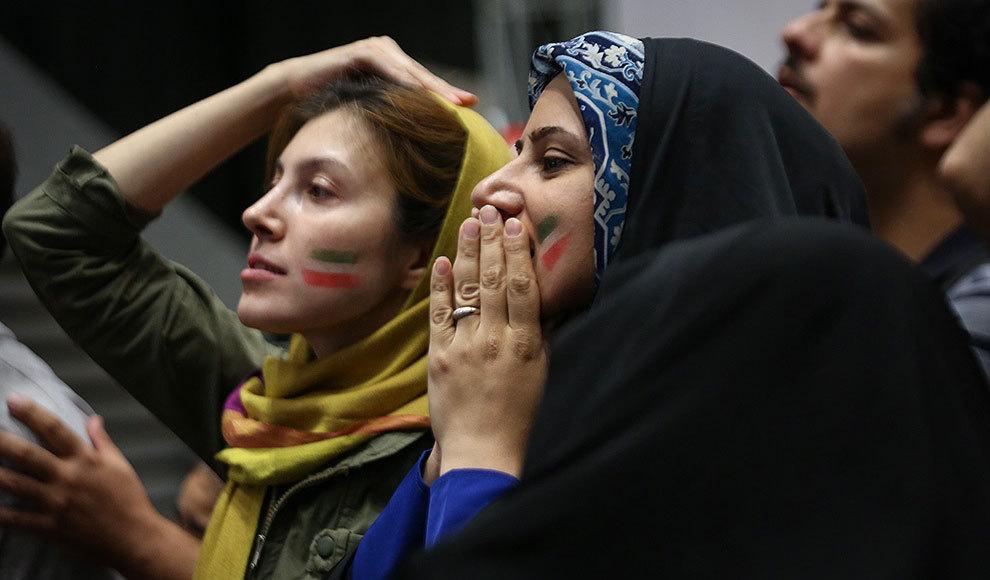 تماشای بازی فوتبال ایران و پرتغال در ورزشگاه آزادی. (عبدالله حیدری/ایرنا)