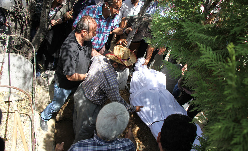 (تصاویر) تشییع جانباختگان حادثه آتشسوزی سنندج