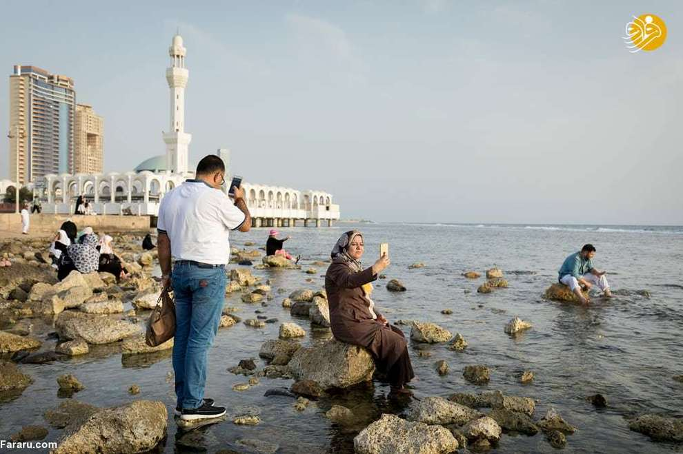 سلفی گردشگران در نزدیکی مسجد الرحمه