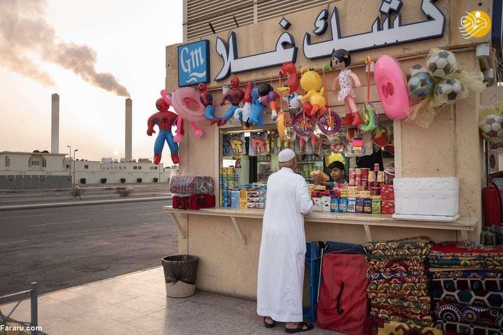 مردی در حال خرید از مغازه کنار جاده