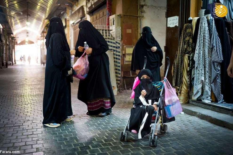 دینا، دختر بچه شش ساله به همراه مادرش در حال خرید در بازار