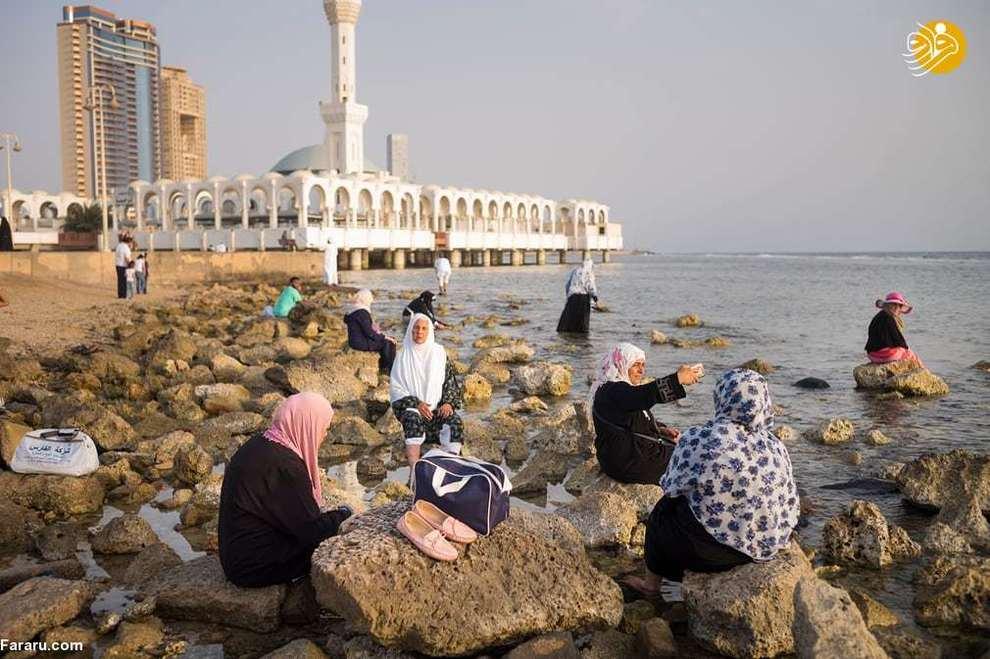 گردشگران در نزدیکی مسجد شناور جده