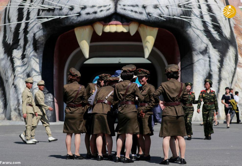 دختران نظامی در مقابل در ورودی باغوحش پیونگیانگ