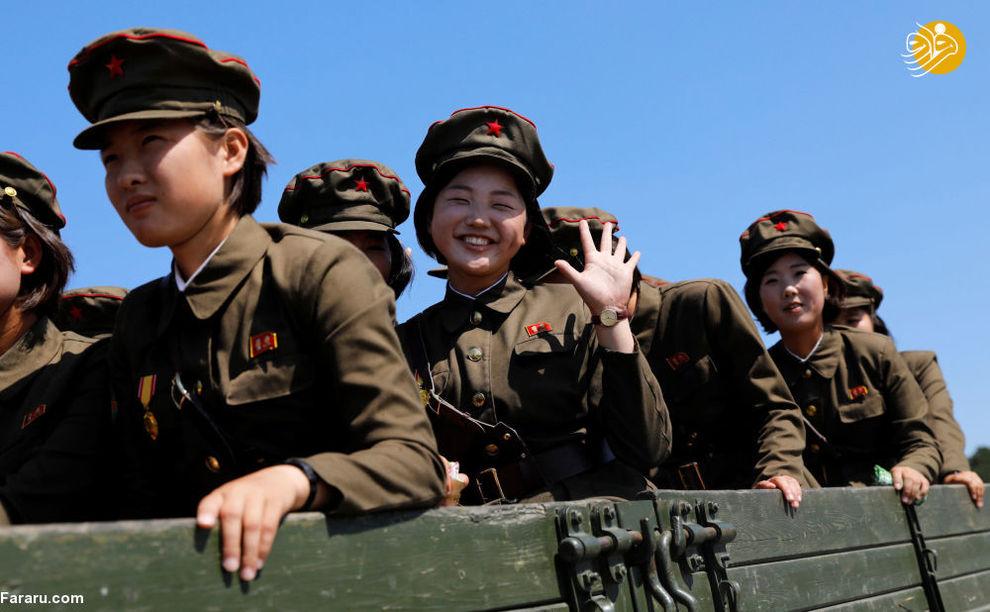 دختران نظامی پس از بازدید از موزه تاریخ طبیعت در پیونگیانگ