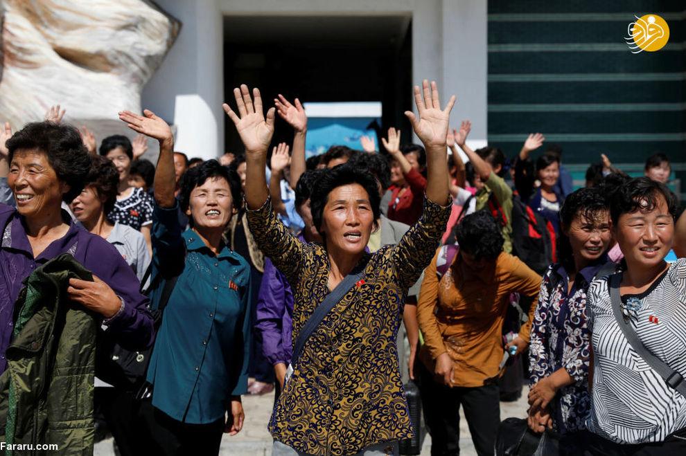 استقبال مردم از سربازان در کنار موزه تاریخ طبیعت در پیونگیانگ