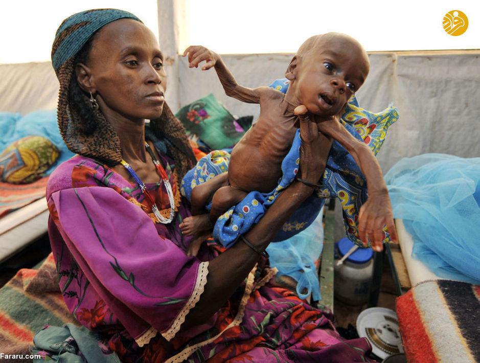 زن نیجریهای همراه با کودک خود
