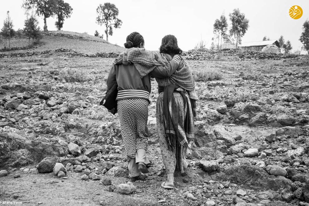 عنیات مجبور است روزانه مسیر خانه تا مدرسه را که آن سوی ارتفاعات