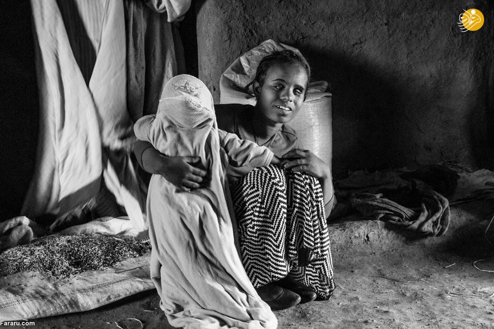 در حالی که عنیات موظف است در خانه مثل سایر دختران هم سن خود در جمع آوری آب، نظافت و پختن غذا به خانواده کمک کند اما خانواده او تنها وظیفه مراقبت از دختر بچه خواهرش را به او سپردهاند.