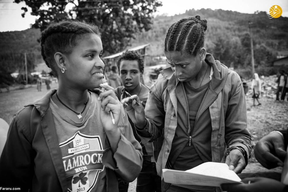 مسرت یکی از دختران ناشوای روستا می گوید: برایم بسیار دشوار است که نمی توانم بشنوم معلمانم چه می گویند. آن ها به من هیچ کمکی نمیکنند و وقتی که نمیفهمم چه میگویند عصبانی میشوند