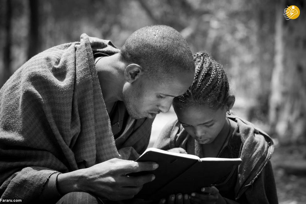 مرد روستایی در حال آموزش به دختر 10 ساله خجالتی و کم شنوایش. دختر مرد کشاورز هرگز زبان اشاره یاد نگرفته است و تنها کسی که میتواند با او ارتباط برقرار کند پدرش است.