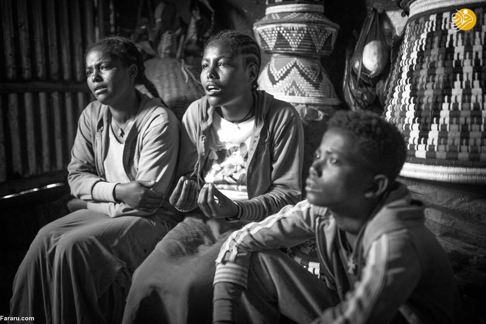 ادیسی (دختر معلول نفر وسط) میگوید بدون کمک خواهر و برادرانش زندگی در روستا بسیار خطرناک است.