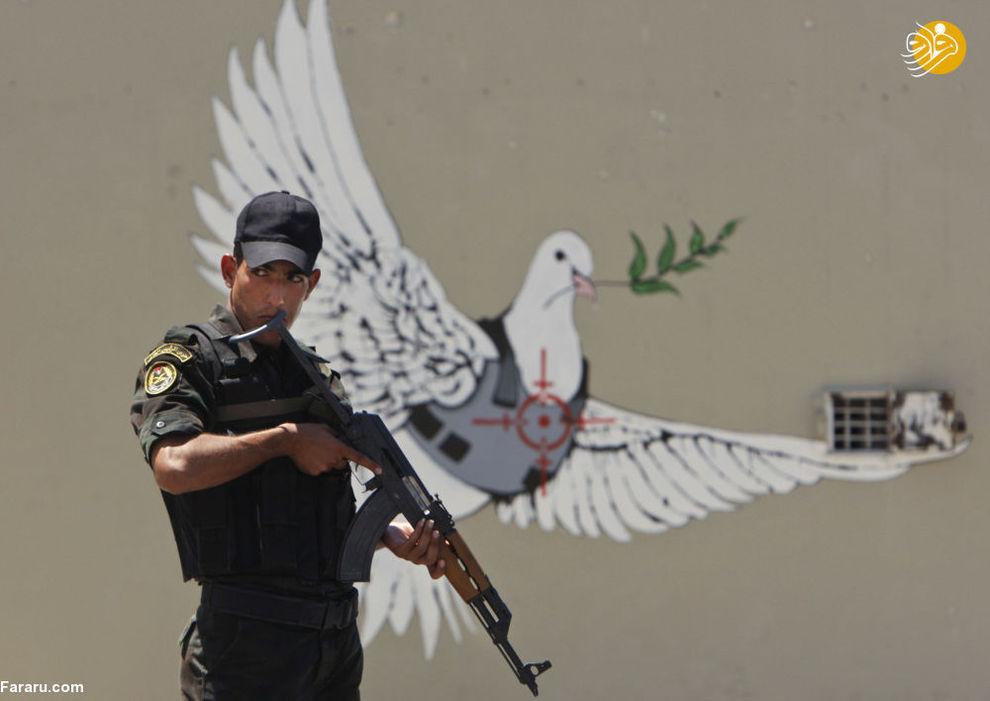 سرباز فلسطینی در زمینه اثر نقاش بنکسی