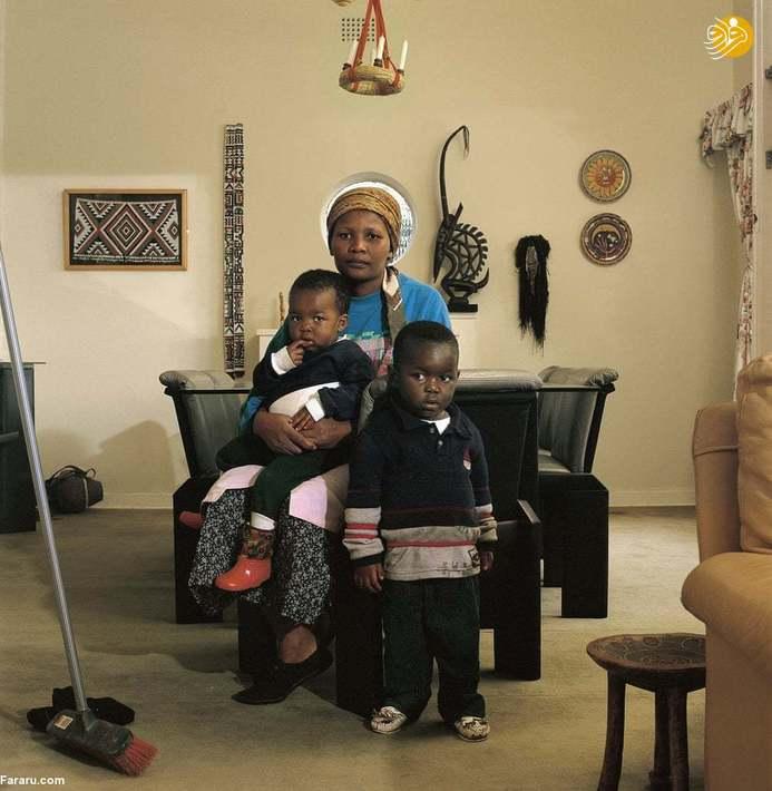 (1999) ویکتوریا کویاکانا با دو پسرش در منزل کار فرما، ژوهانسبورگ، او در سال 2000 به دلیل بیماری ایدز درگذشت. (عکس از مجموعۀ زمانۀ ایدز)