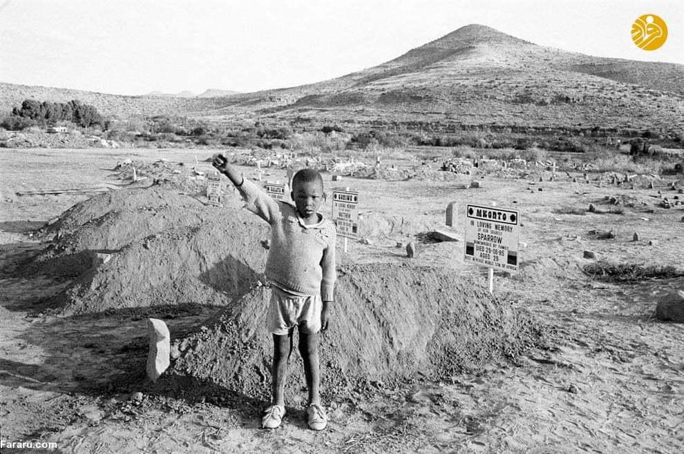 (1985) عکس مربوط به پس از مراسم خاکسپاری کرادوک فور است که ترور شده بود. کودک حاضر در این عکس به شیوۀ کنگرۀ ملی آفریقا، که در آن زمان غیرقانونی بود، ادای احترام میکند.