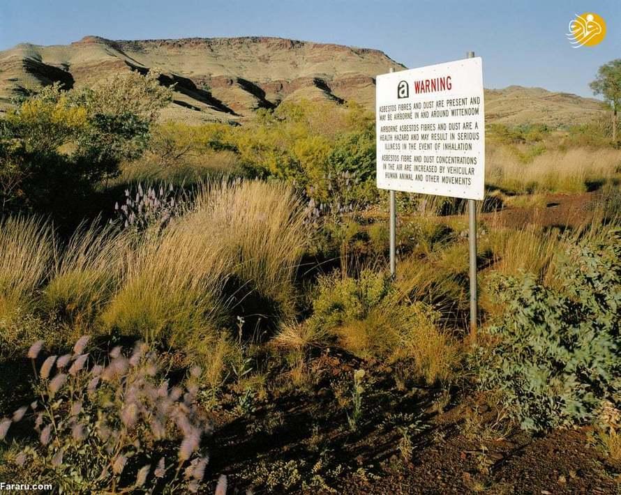 (1999) ورودی ویتنوم، در استرالیای غربی. دولت تابوهای هشداری را نصب کرده که نسبت به خطرات آزبست هشدار میدهند اما هیچ کاری برای جلوگیری از قرار گرفتن عموم در معرض بقایای آزبست انجام نداده است.