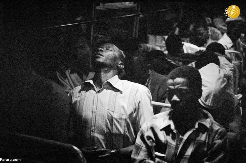 (1984) کارگران معدنی که در حال بازگشت به خانه هستند. اکثر افرادی که در این اتوبوس هستند، ساعت 2 و 3 نیمه شب، دوباره باید به سر کار بازگردند.