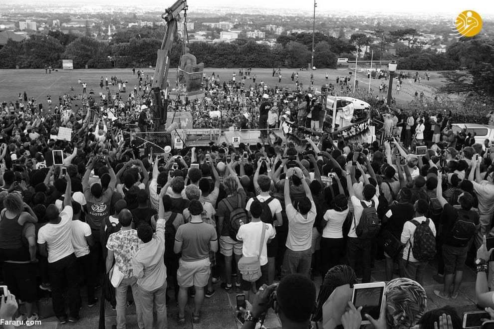 (2015) سرنگونی مجسمۀ سسیل جان رودز؛ پس از آنکه دانشجویان به مجسمه مدفوع انسانی پرتاب کردند، دانشگاه کیپ تاون به تقاضای دانشجویان برای برداشتن مجسمه رضایت داد. (9 آوریل 2015)