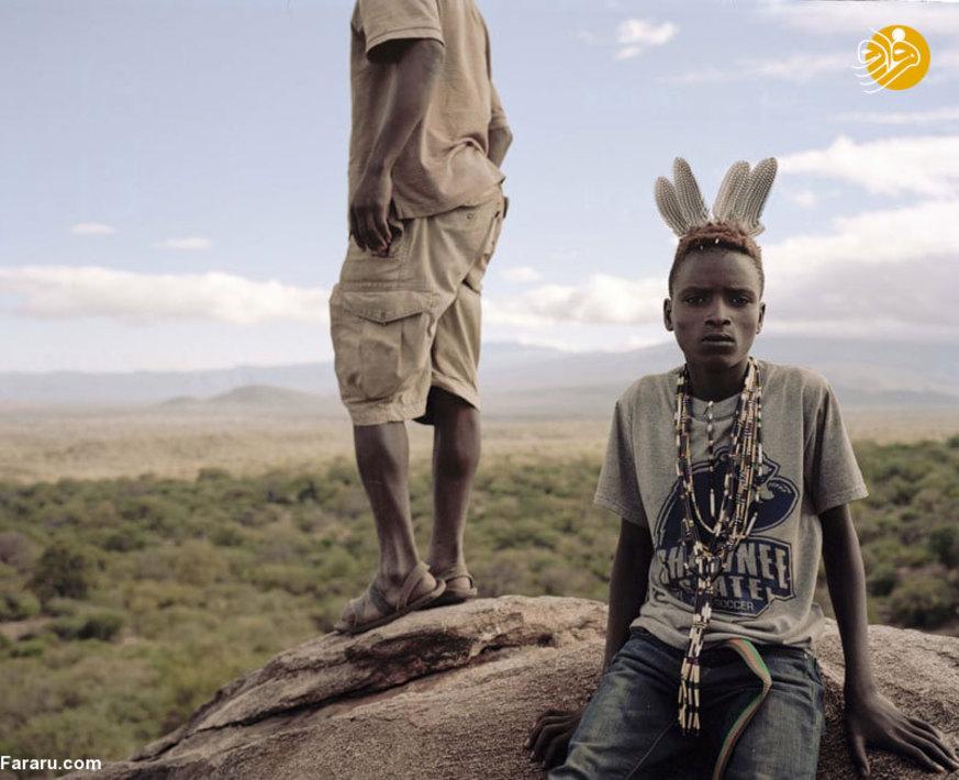 اسامه در حال دیدن قبیله خود از روی تخته سنگ است