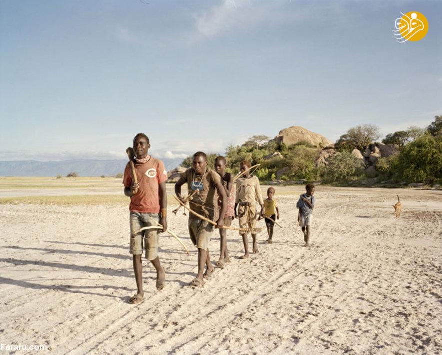 صبح زود جوانان قبیله برای پیدا کردن گوشت و عسل به صحرا میروند.