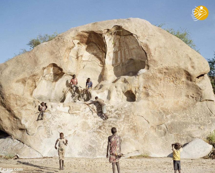 کودکان قبیله هادزه در حال بازی کردن بر روی تخته سنگ بزرگ هستند